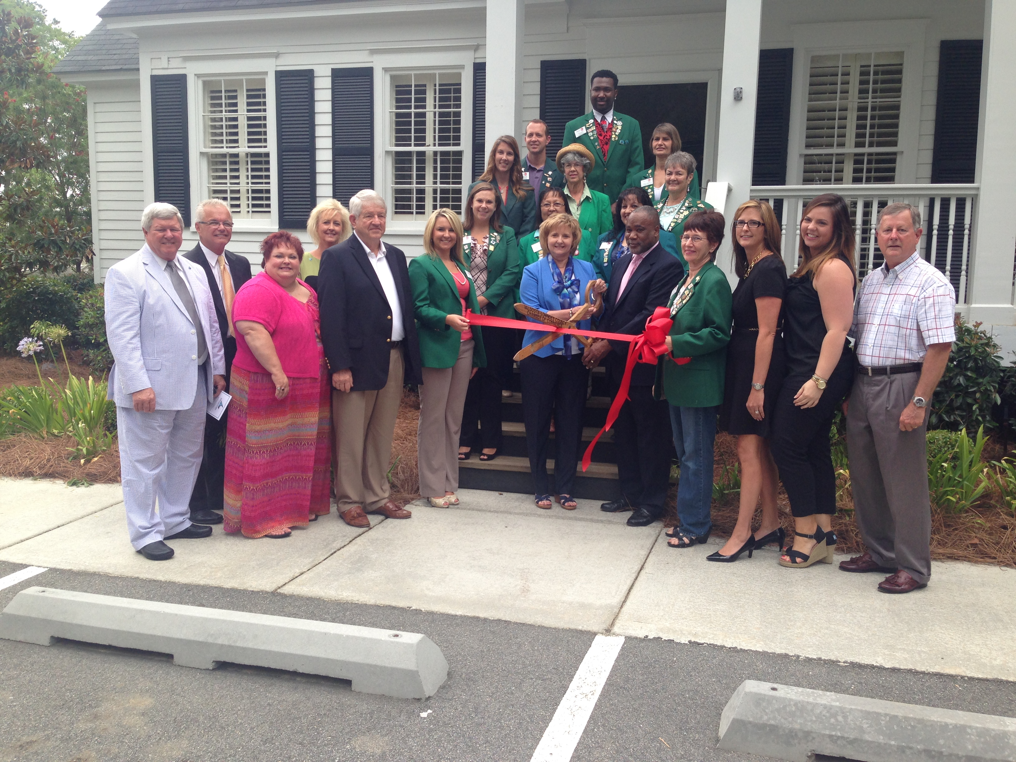 VALDOSTA-LOWNDES DEVELOPMENT AUTHORITY CUTS RIBBON ON NEW OFFICE